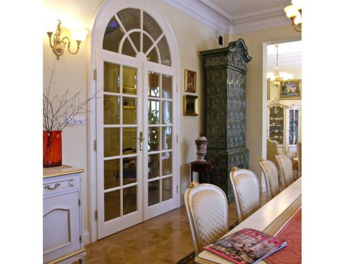 13. Eleganckie drzwi klasyczne z łukowym naświetlem