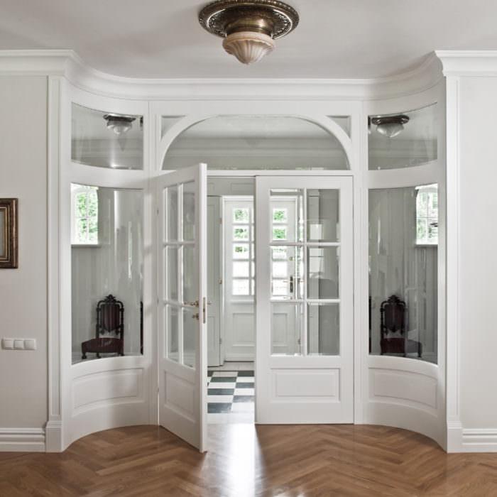 Drzwi dwuskrzydłowe z giętymi naświetlami, szyby przezroczyste 2-stronnie fazowane