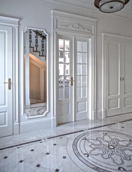 Drzwi z podwyższającym portalem. Obok w tej samej konwencji drzwi pełne i garderoba
