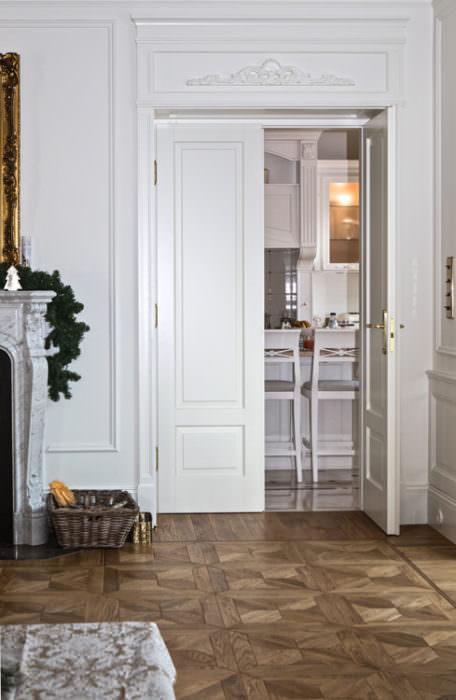 Dwuskrzydłowe drzwi z portalem – styl angielski