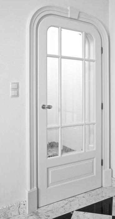 Drzwi wewnętrzne przeszklone, zaokrąglenia na skrzydle i opaskach wokół drzwi