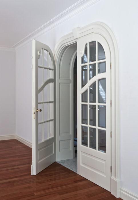 Secesyjne drzwi z ościeżnicą zdobioną w łuku