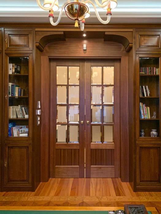 Rozsuwane drzwi wpisane w zabudowę biblioteczną