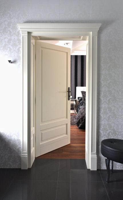 Drzwi stylowe z podwyższającym portalem