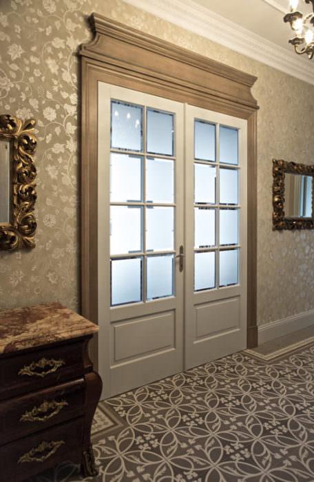 Białe drzwi z kontrastowymi opaskami - dąb patynowany