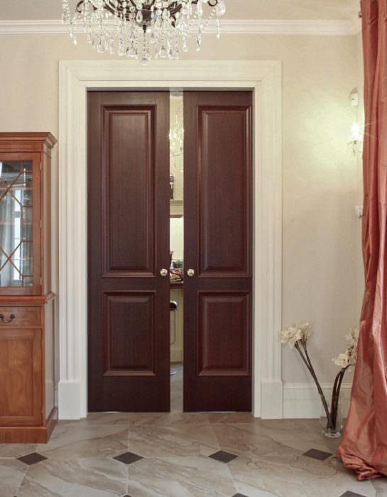 Dwuskrzydłowe drzwi suwane drewno mahoń, kontrastowe białe opaski