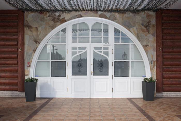 zewnętrzne drzwi –bajkowe wejście do restauracji