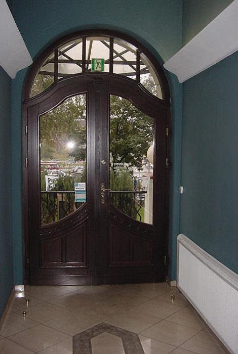 zewnętrzne drzwi dwuskrzydłowe-wykonana replika przedwojennych drzwi na podstawie starych zdjęć