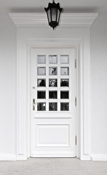 zewnętrzne drzwi wykonane wg pomysłu artysty plastyka