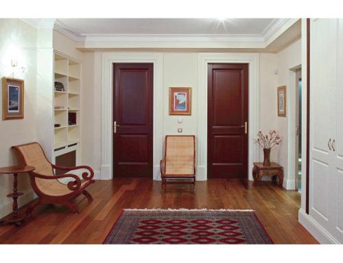 Eleganckie drzwi mahoniowe