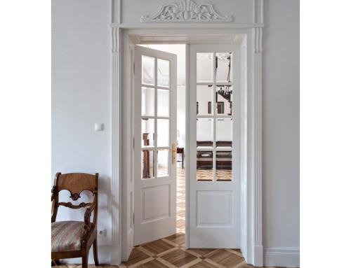 Wysokie drzwi stylowe do kamienicy
